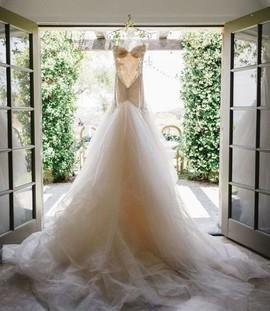 Сделать контрольную примерку костюма и свадебного платья.