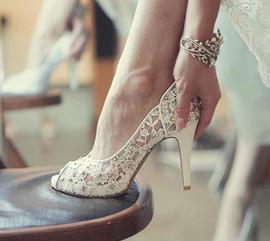 Разносить туфли невесты и жениха.