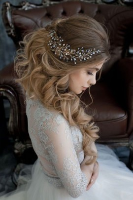 """Выбрать стилиста и определиться со свадебной причёской. <a href=""""./catalog/visagiste"""">Поиск стилиста</a>"""