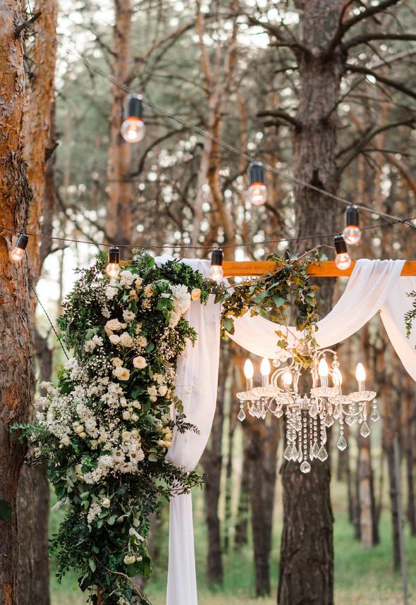 Нежная рустик-свадьба в лесу - фото №133