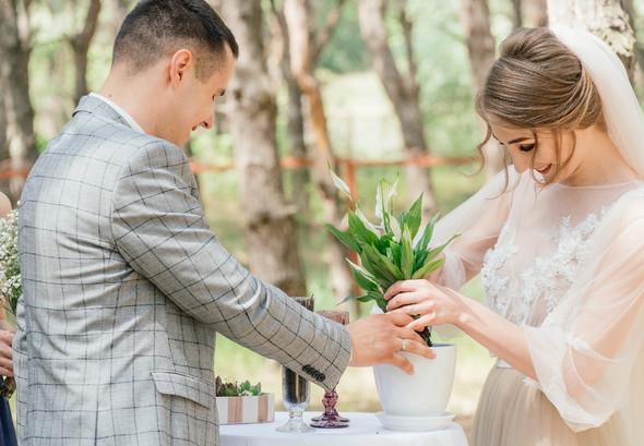 Нежная рустик-свадьба в лесу - фото №48