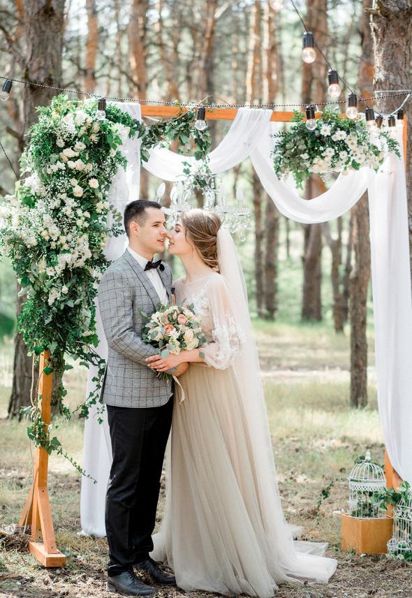 Нежная рустик-свадьба в лесу - фото №77