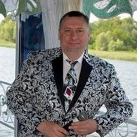 Ведущий Владимир Адамов