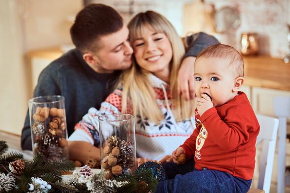 Родители с очаровательным сыном на рождественской фотосессии - фото №6