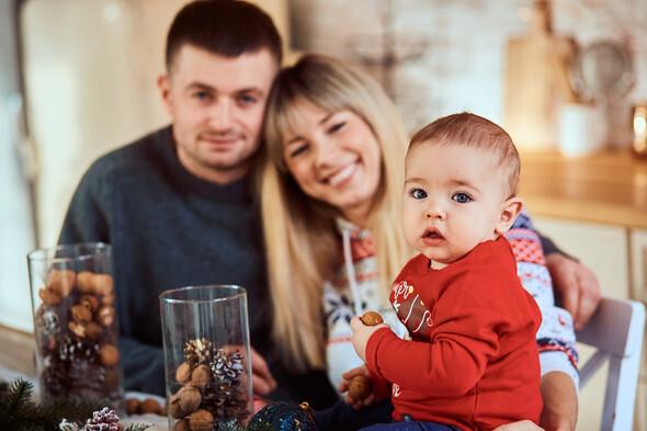 Родители с очаровательным сыном на рождественской фотосессии - фото №2