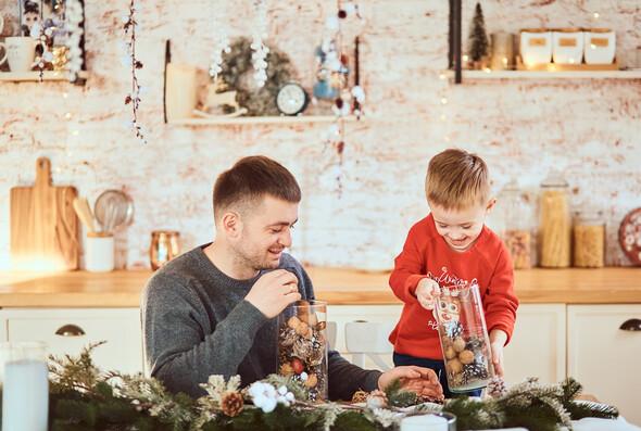 Родители с очаровательным сыном на рождественской фотосессии - фото №3