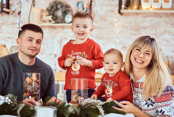 Родители с очаровательным сыном на рождественской фотосессии - фото №1