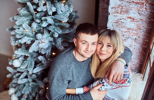 Родители с очаровательным сыном на рождественской фотосессии - фото №11