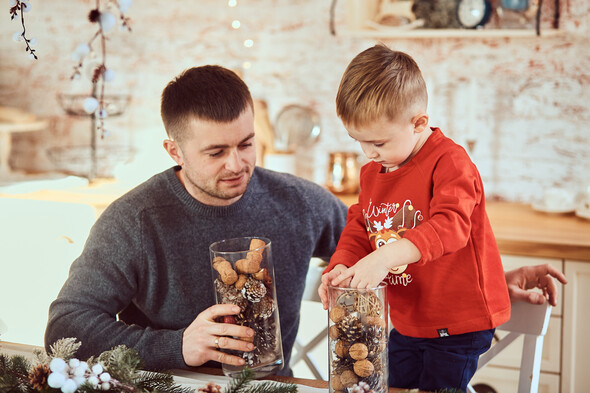 Родители с очаровательным сыном на рождественской фотосессии - фото №4