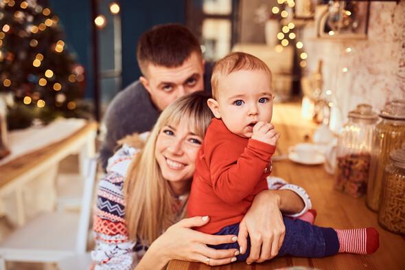 Родители с очаровательным сыном на рождественской фотосессии - фото №5